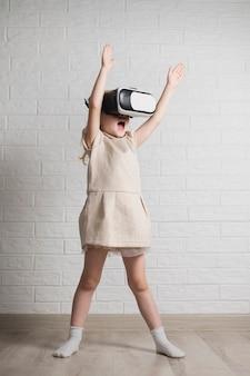 Herausgenommenes mädchen mit virtuellem kopfhörer an