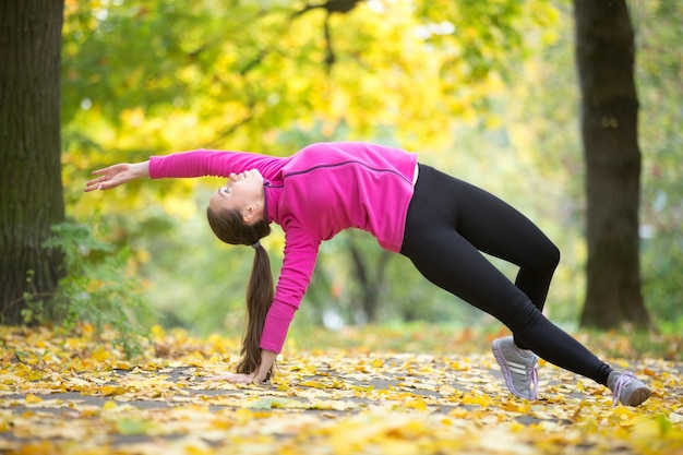 Herbst fitness: wild thing yoga pose