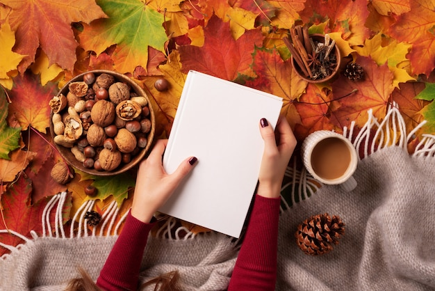 Herbst flach liegen. frauenhände, die weißes buch gold sind