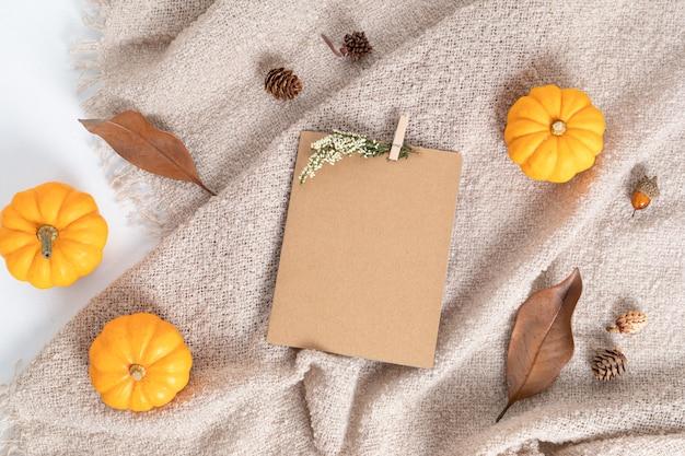 Herbst flache laienkomposition mit kürbissen und grußkarte