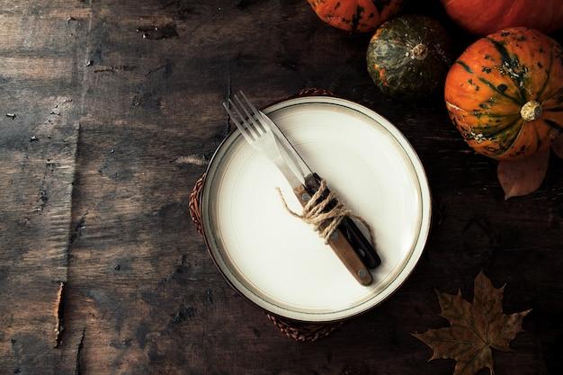 Herbst halloween oder erntedankfestgedeck. thanksgiving oder herbstessen. thanksgiving herbst hintergrund