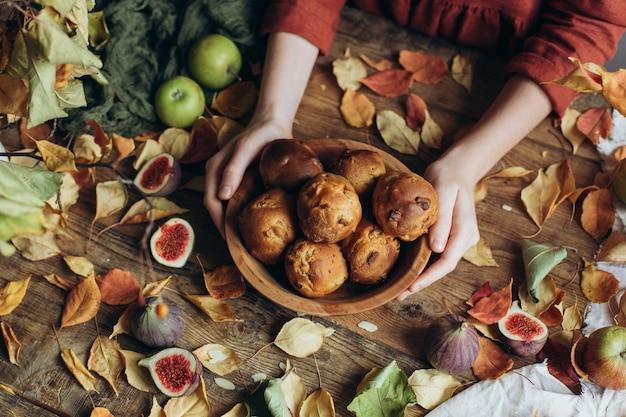 Herbst hausgemachte kuchen - muffins mit fruchtfüllung in einer holzschale.