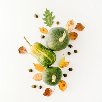Herbst herbst flach lag, draufsicht anordnung. kürbis, blätter auf weiß