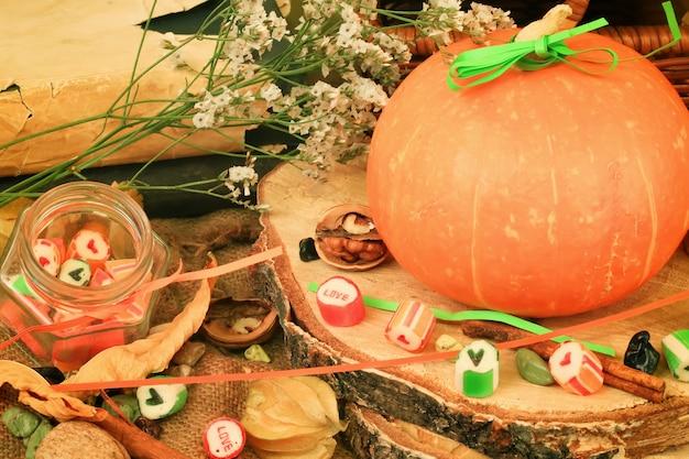 Herbst hintergrund im retro-stil schäbige schicke kürbissüßigkeit nüsse