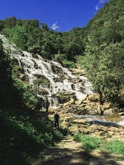 Herbst im wasserfall. ein großer schöner wasserfall, mea ya wasserfall in chiangmai, thailand