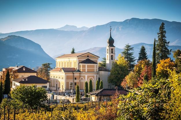 Herbst in den alpen mit kirche in trento