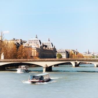 Herbst in paris, flussboote, die die seine hinaufgehen
