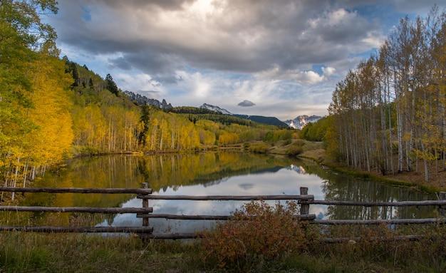 Herbst in telluride mit sonnenlicht und reflexion über den see