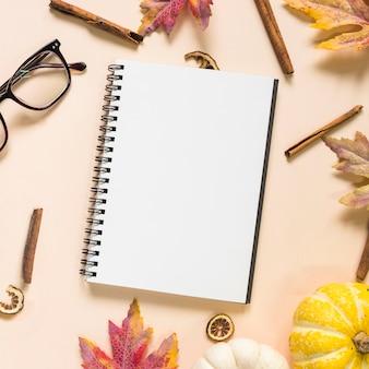 Herbst komposition mit notizblock