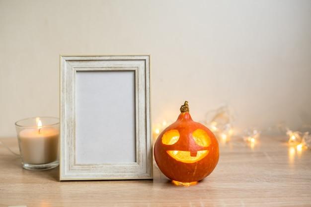 Herbst minimale komposition. thanksgiving-feiertagskonzept. fotorahmen, kürbis auf weißem hintergrund. vorderansicht, kopienraum. foto in hoher qualität