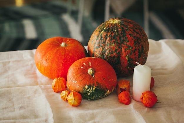 Herbst mit kürbis nah oben auf tabelle