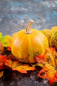 Herbst mit kürbissen und blättern