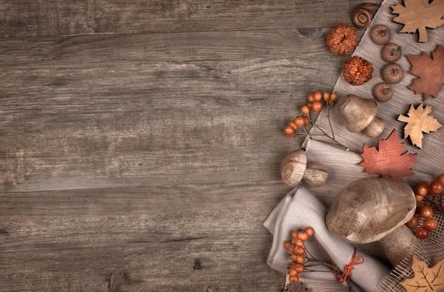Herbst mit trockenen dekorationen des falles auf holz, copyspace