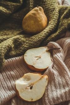 Herbst naturkonzept. herbstbirnen auf gestrickten pullovern.