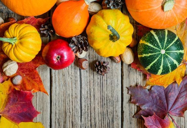 Herbst obst und gemüse mit ahornblättern, nüssen und tannenzapfen
