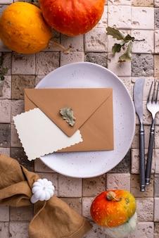 Herbst- oder thanksgiving-tischdekoration