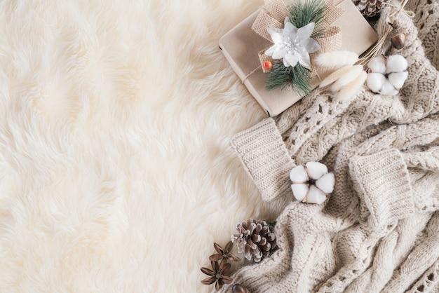 Herbst- oder winterzusammensetzung auf cremefarbenem grau