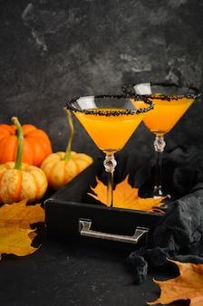 Herbst-saisoncocktail kürbis martini oder pumpkintini mit schwarzem salzrand