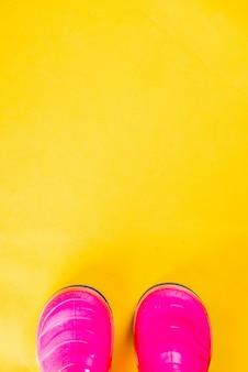 Herbst scherzt stoffkonzept, helle rosa gummistiefel für regen
