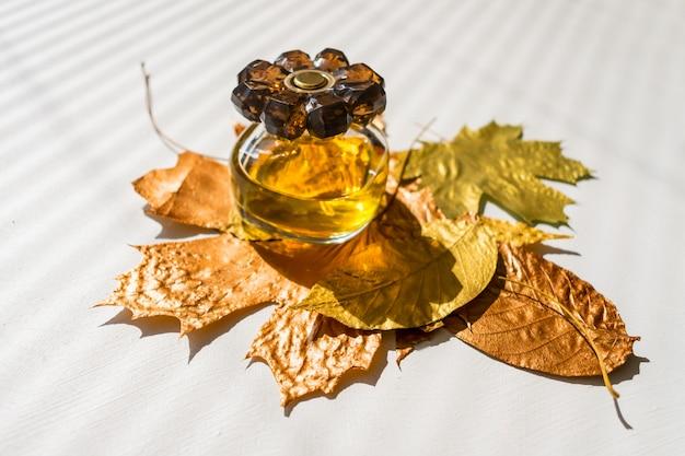 Herbst, schönheit, stilkonzept. die wahl des parfüms