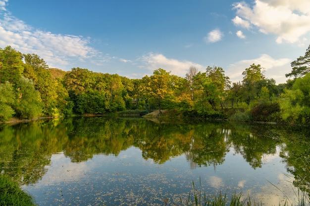Herbst sonnenuntergang am see herbstlaub spiegelt sich im see