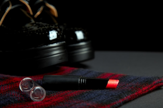 Herbst stilvolle frau outfit. rot gestreifter mantel, schwarze oxford-schuhe