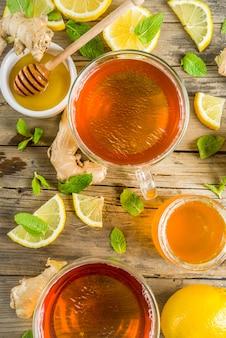Herbst-tee mit minze und zitrone mit zutaten