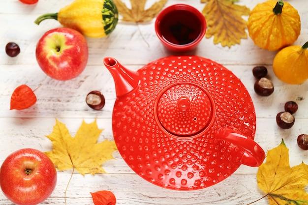 Herbst tee trinken