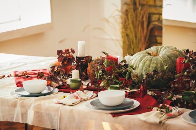 Herbst-thanksgiving-gedeck mit festlichem dekor