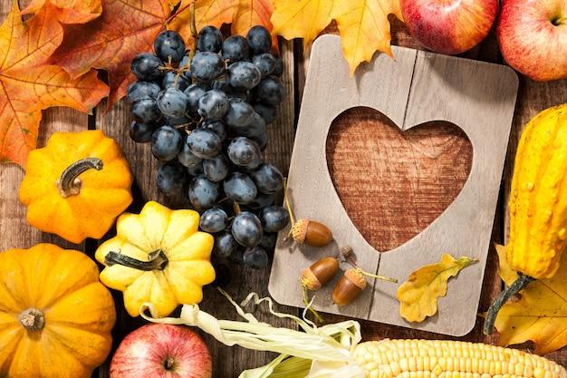 Herbst thanksgiving hintergrund mit rahmen in herzform