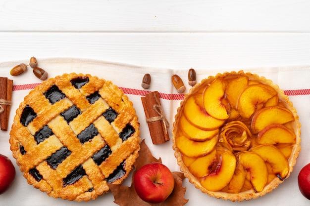Herbst thanksgiving pies auf weißem holzbrett