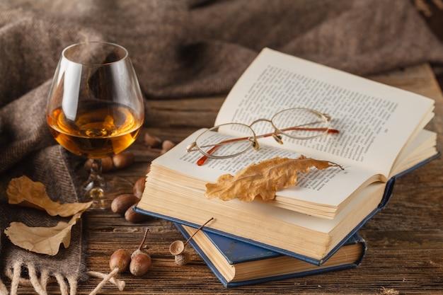 Herbst trinkzeit mit alkohol glas