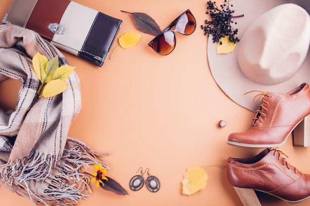 Herbst weibliches outfit set kleidung, schuhe und accessoires