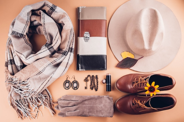 Herbst weibliches outfit. set von kleidung, schuhen und accessoires