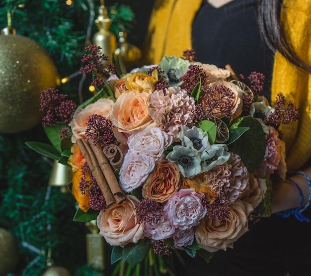 Herbst winter bouquet mit heißen blumen und zimtstangen