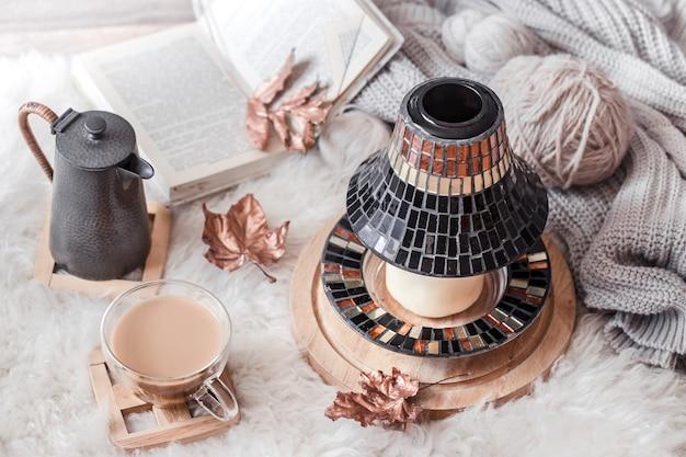 Herbst-winter gemütliches zuhause stillleben mit einer tasse heißem getränk.