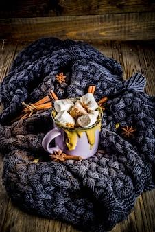 Herbst, wintergetränke. ideen für weihnachten, thanksgiving, halloween. heiße würzige kürbisweißschokolade