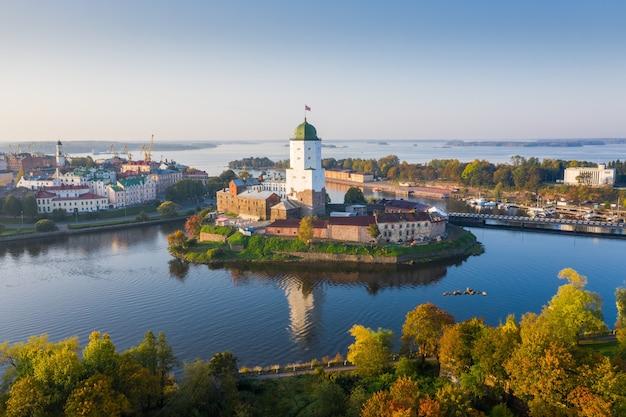 Herbst wyborg. blick auf die mittelalterliche burg der stadt.