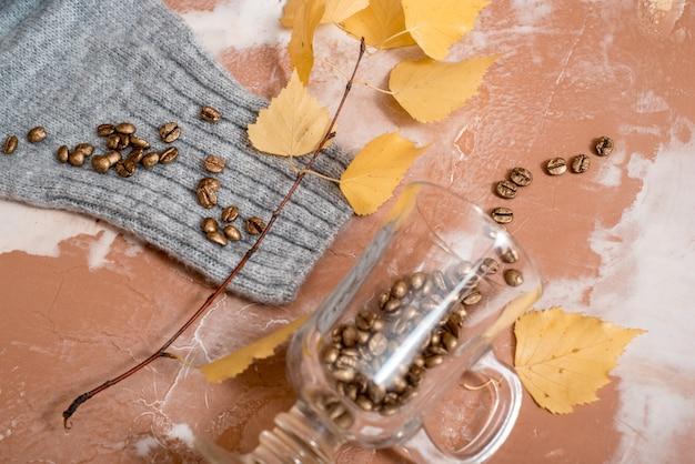 Herbst zusammensetzung. tasse kaffee, frauenmodestrickjacke, getrocknete blätter, plaid, notizbuch. herbst, herbst t. flache lage, draufsicht, copyspace