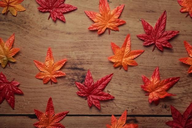 Herbstahornblätter auf hölzernem hintergrund. konzept der herbstsaison.