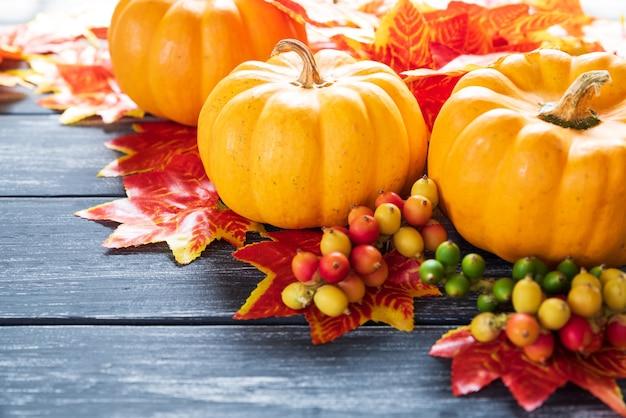 Herbstahornblätter und kürbis auf altem hölzernem hintergrund. erntedankfest-konzept.