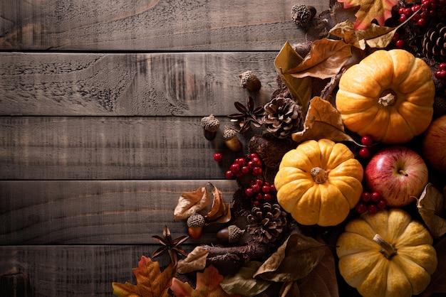 Herbstahornblattdekoration auf hölzernem. erntedank .