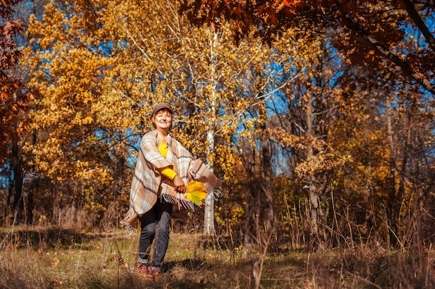 Herbstaktivitäten. frau, die in herbstpark läuft