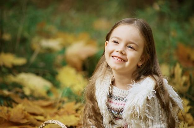 Herbstaktivitäten für kinder. lachendes mädchen kleines kind im herbstpark