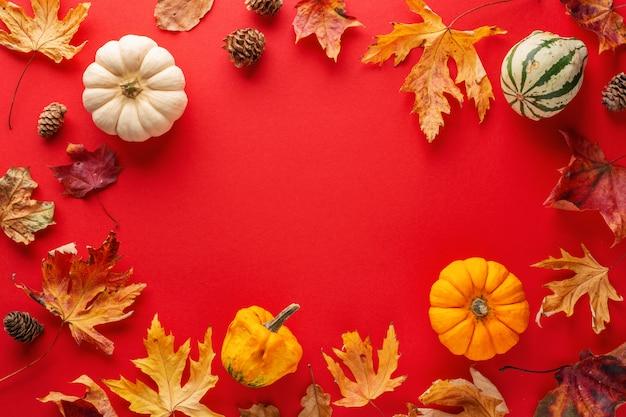 Herbstanordnung mit blättern und kürbis