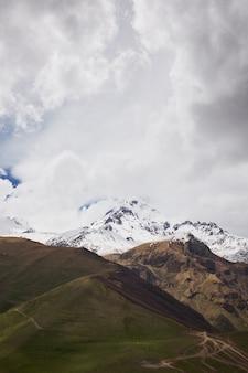 Herbstansicht des kazbek berges in georgia. wunderschöne berglandschaft