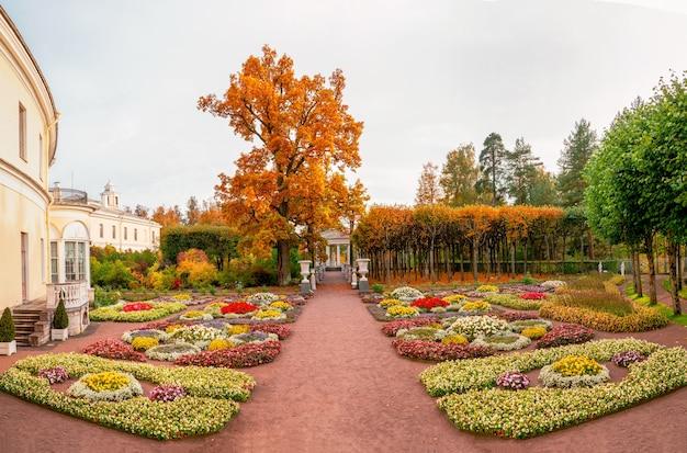 Herbstansicht des privaten gartens der kaiserin maria feodorovna in der nähe des pawlowsker palastes in pawlowsk