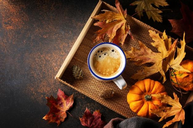 Herbstarrangement mit kaffee und kürbis