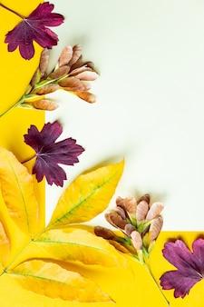Herbstblätter auf gelbem grund. herbstkonzept mit platz für text