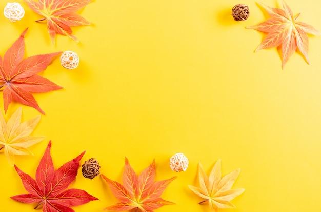 Herbstblätter auf gelbem papierhintergrund. kopieren sie platz für text.
